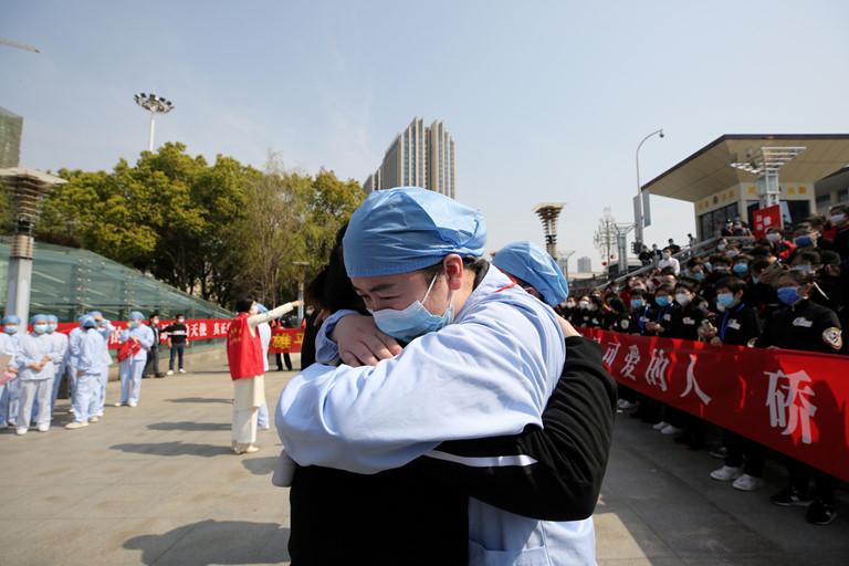 Vũ Hán chính thức dỡ trạm kiểm dịch, dân bắn pháo hoa ăn mừng
