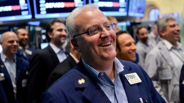 Vọt hơn 400 điểm, Dow Jones vượt mốc 30,000