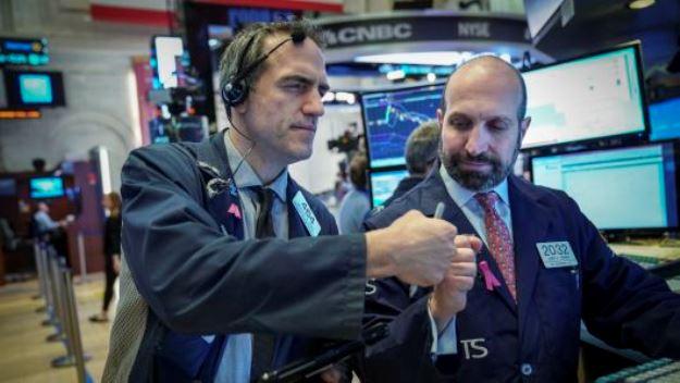 Vọt hơn 200 điểm, Dow Jones trở lại trên ngưỡng 27,000 điểm
