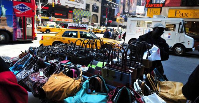 """Thoải mái mua đồ """"Gucci"""", """"LV"""" trên lề đường ở New York"""