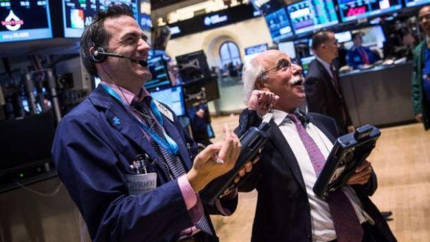 Dow Jones ghi nhận tháng tăng mạnh nhất kể từ năm 1987 bất chấp đà giảm trong phiên