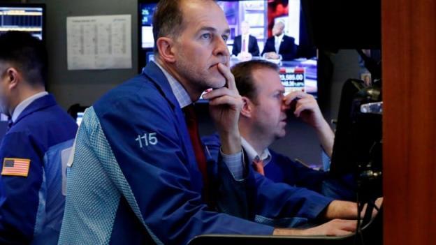 Dow Jones quay đầu giảm hơn 200 điểm, khép lại tuần qua với sắc đỏ