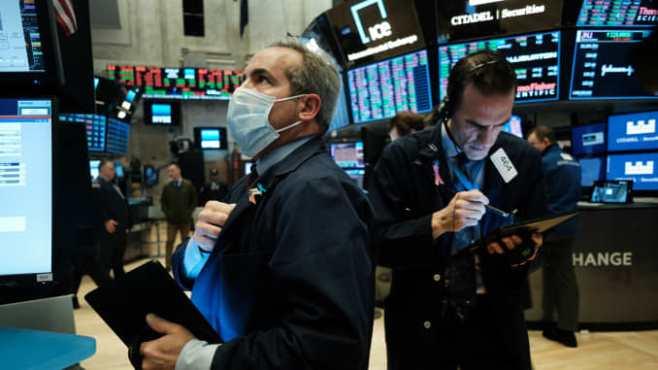 Dow Jones giảm gần 100 điểm từ đỉnh kỷ lục
