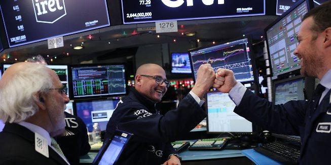 Dow Jones vọt gần 300 điểm lên kỷ lục mới, tăng 2% trong tuần qua