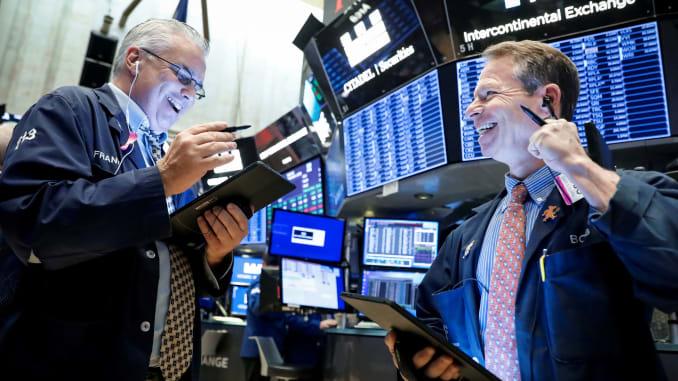 Vọt 300 điểm, Dow Jones vượt ngưỡng 34,000 điểm lần đầu tiên