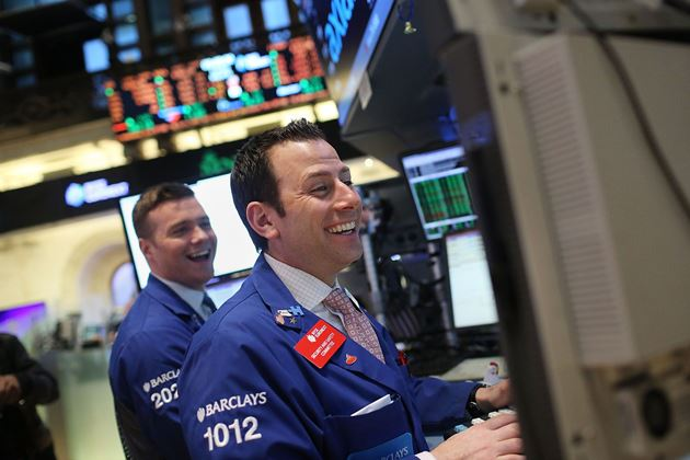 Dow Jones vọt hơn 300 điểm