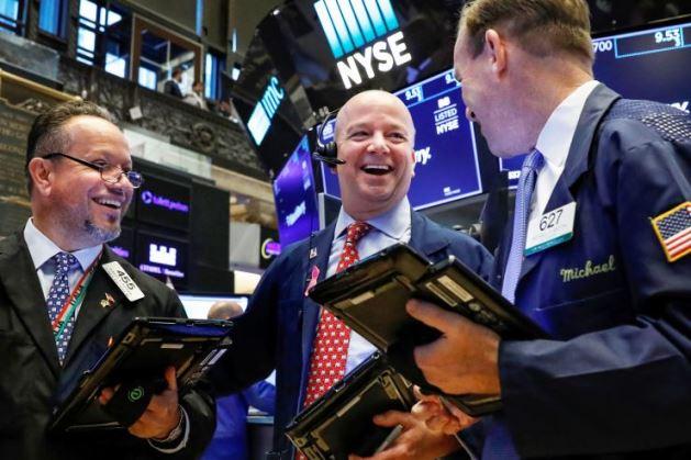 Dow Jones vọt hơn 500 điểm, tích tắc vượt ngưỡng 25,000 điểm lần đầu tiên từ đầu tháng 3/2020