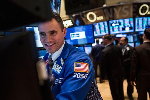 Dow Jones vọt hơn 300 điểm, Nasdaq tăng gần 2%