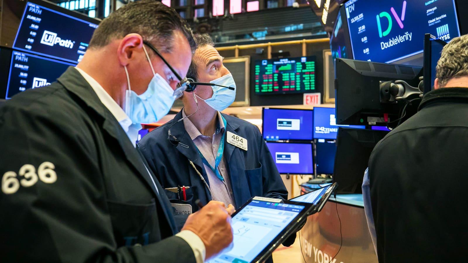 Dow Jones lập kỷ lục mới, nhóm cổ phiếu hàng hoá tăng mạnh