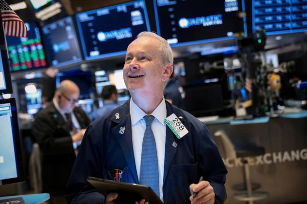 Đà leo dốc của cổ phiếu công nghệ kích Dow Jones vọt hơn 400 điểm