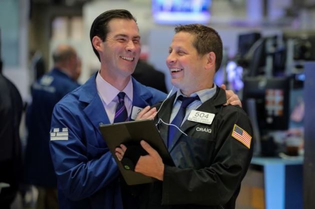 Dow Jones vọt 240 điểm lên mức cao mọi thời đại, S&P 500 lần đầu khép phiên vượt ngưỡng 3,000 điểm
