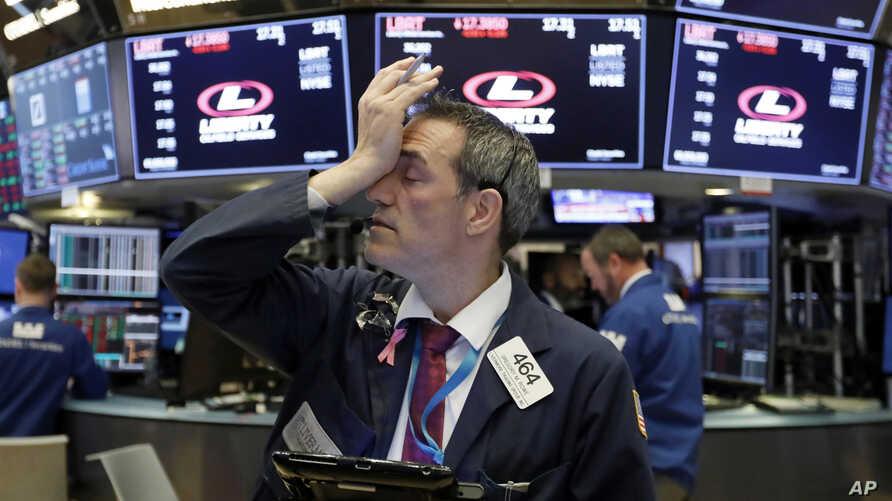Dow Jones giảm gần 300 điểm vào cuối tuần, đứt mạch 3 tuần tăng liên tiếp