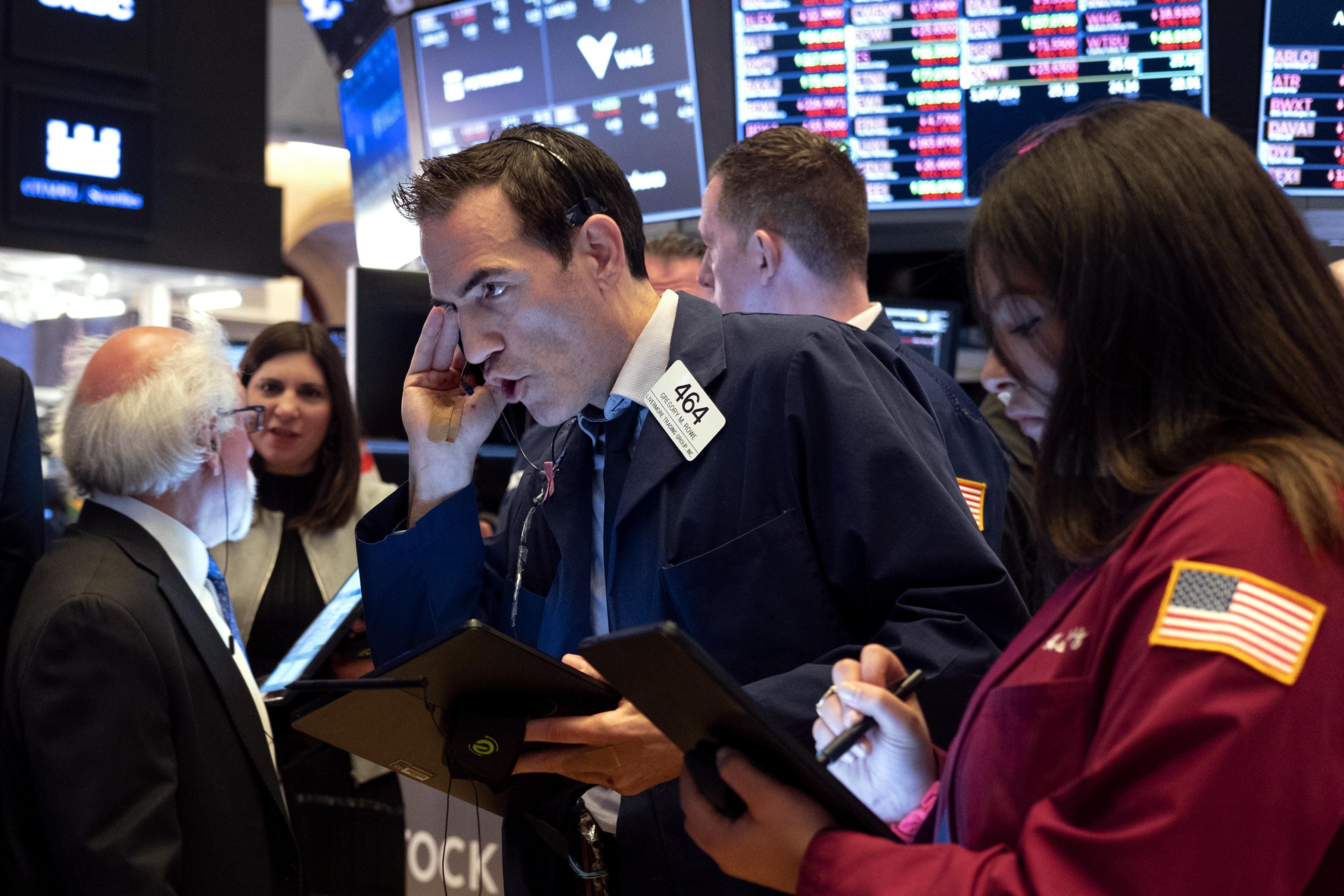 Dow Jones giảm gần 100 điểm sau đợt bán tháo vào cuối phiên
