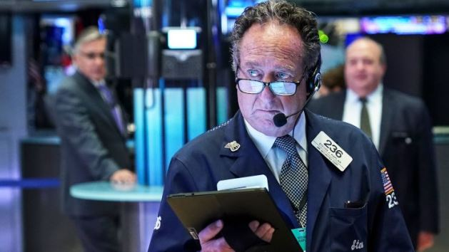 """Dow Jones """"bốc hơi"""" hơn 600 điểm khi ông Trump yêu cầu các nhà sản xuất Mỹ rời khỏi Trung Quốc"""