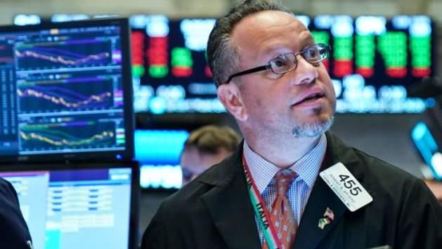 Dow Jones rớt hơn 300 điểm do ám ảnh về sự tăng vọt số ca nhiễm Covid-19