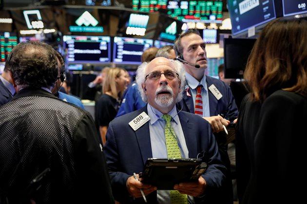 Đón loạt tin xấu, Dow Jones sụt hơn 500 điểm