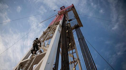 Giá dầu lội ngược dòng sau số liệu nguồn cung giảm tại Mỹ