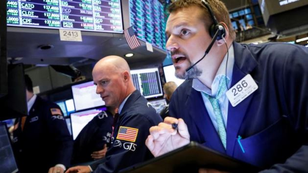 Phố Wall giảm nhẹ khi doanh số bán lẻ yếu kém