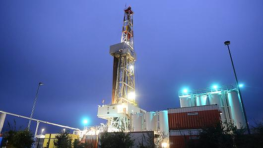 Giá dầu giảm hơn 1% khi đồng USD tăng giá