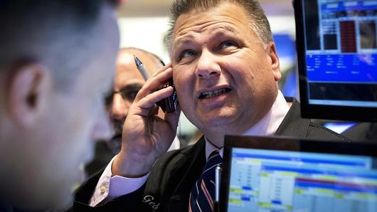 Dow Jones rớt hơn 300 điểm đầu phiên trước nỗi lo về chiến tranh thương mại