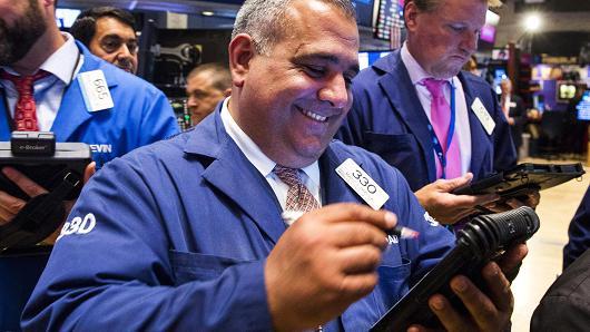 Nhảy vọt gần 350 điểm, Dow Jones vượt ngưỡng 25,000 điểm