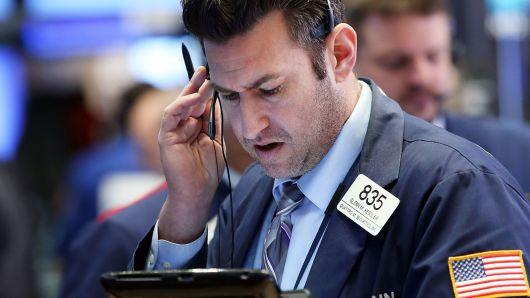 Nhóm năng lượng kéo Dow Jones và S&P 500 đi xuống