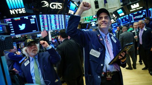 Bớt lo về thương mại, Dow Jones chạm kỷ lục mới