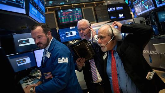 Dow Jones rớt 300 điểm sau thông tin về kế hoạch mới nhất của Donald Trump