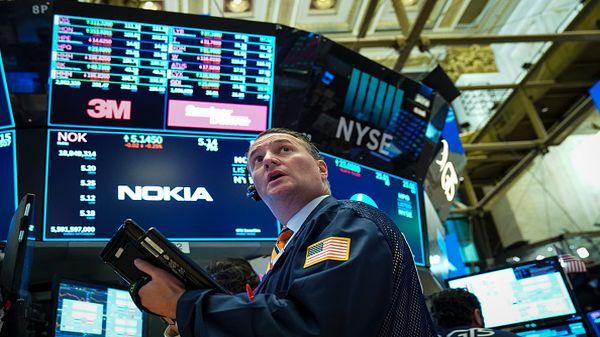 Dow Jones rớt hơn 400 điểm sau các báo cáo tài chính đáng thất vọng từ Caterpillar và 3M