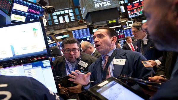 Xóa sạch phần lớn đà tăng trong phiên, S&P 500 về sát đáy năm 2018