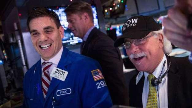 Dow Jones vọt hơn 200 điểm lên ngưỡng 28,000