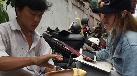 """Thợ lề đường sửa giày cho """"sao"""""""