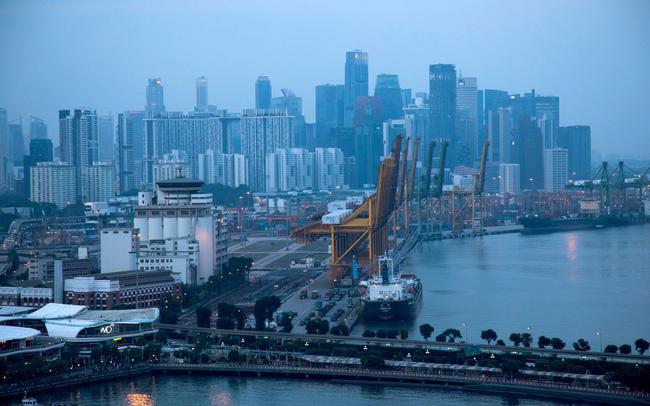 """Xuất khẩu của Singapore """"lãnh đủ"""" bởi chiến tranh thương mại"""