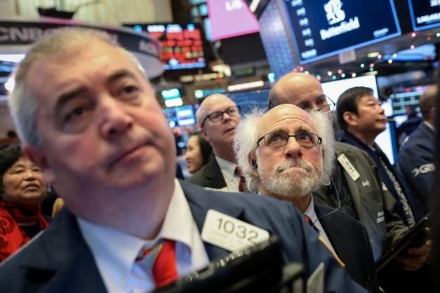 Dow Jones mất hơn 300 điểm trong phiên đầu năm 2021