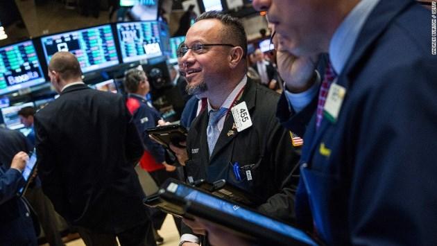 Dow Jones vọt hơn 400 điểm khi lĩnh vực công nghệ phục hồi