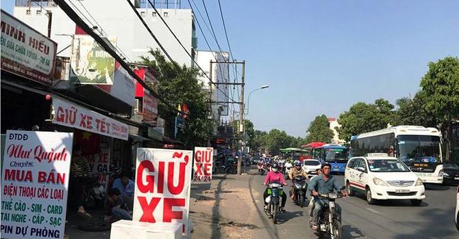 """""""Chặt chém"""" người gửi xe máy dịp Tết quanh bến xe ở Sài Gòn"""