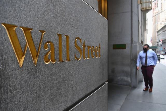 Dow Jones tương lai lao dốc khi số ca nhiễm Covid-19 tăng mạnh