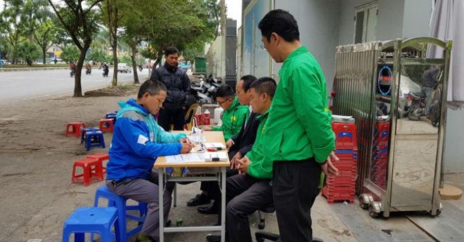 Đặt bàn tuyển dụng tại vỉa hè, Mai Linh quyết hút tài xế Uber, Grab