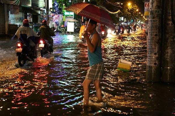 Hàng chục tuyến đường Sài Gòn ngập nặng trước bão số 14