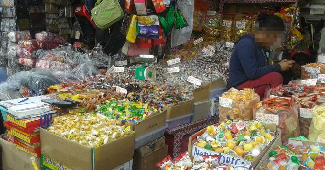"""Thị trường 24h: Trái cây, bánh kẹo Trung Quốc """"đổ"""" về chợ Sài Gòn"""