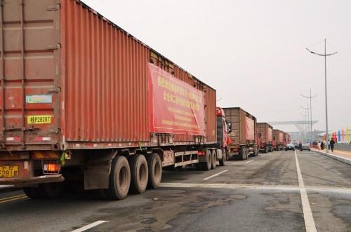 Thông quan cây cầu nối Việt Nam - Trung Quốc