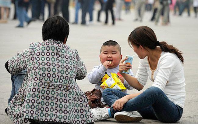 Trung Quốc: Các cặp đôi không đủ khả năng tài chính để sinh con thứ hai do chi phí để nuôi dạy quá cao, thậm chí phải hối lộ cho bác sĩ để có được sự chăm s&#24