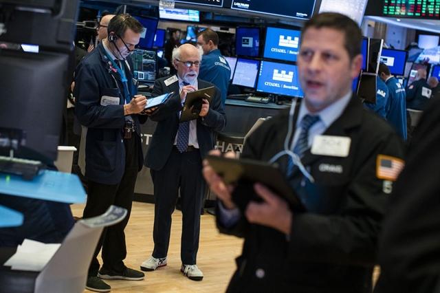 Dow Jones tăng 350 điểm, cổ phiếu Tesla nhảy vọt hơn 12%