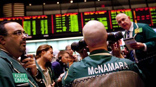 Tâm lý sợ hãi bao trùm Phố Wall, Dow Jones rớt hơn 400 điểm