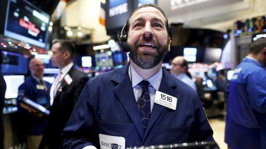 Tin vui về vắc-xin thúc Dow Jones futures vọt 500 điểm