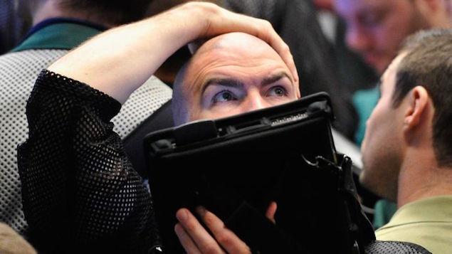 Nỗi lo về lãi suất kéo Dow Jones giảm 460 điểm