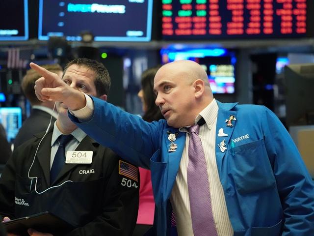 Dow Jones giảm hơn 400 điểm khi Mỹ ghi nhận số ca nhiễm Covid-19 kỷ lục