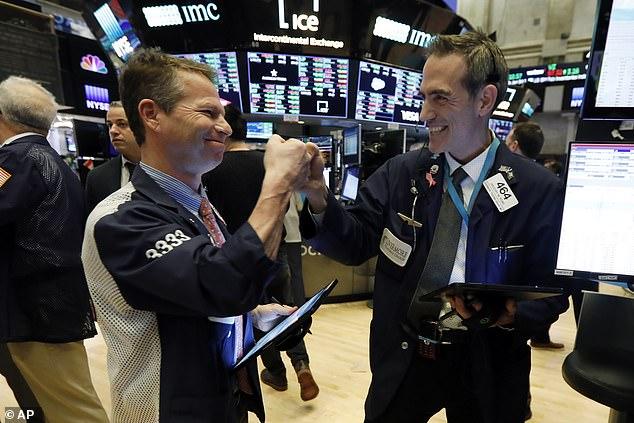 Nhận tin tích cực về việc làm, Dow Jones vọt hơn 450 điểm