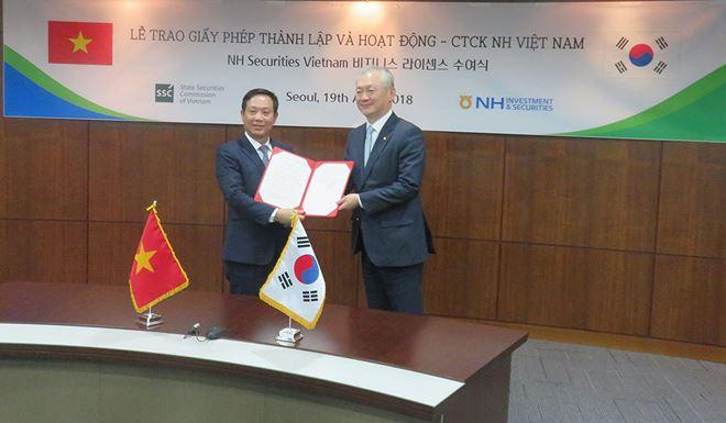 Trao giấy phép hoạt động cho Công ty Chứng khoán NH Việt Nam