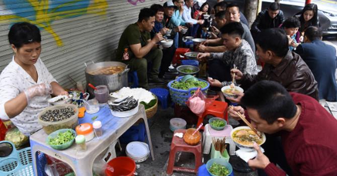Hàng ăn vỉa hè Hà Nội tăng giá vẫn đông khách dịp Tết